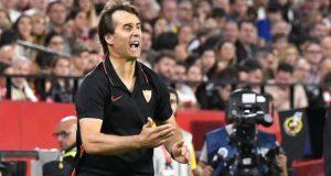 Julen Lopetegui, entrenador del Sevilla FC, animando al equipo en el encuentro ante el Atlético de Madrid | Imagen: Sevilla FC
