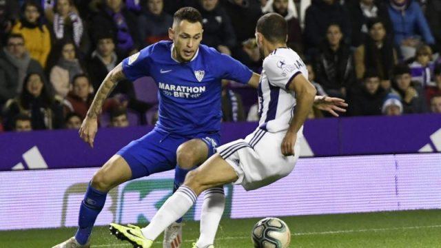 Ocampos, del Sevilla, pugnando con Nacho en el partido ante el Valladolid | Imagen: Sevilla FC