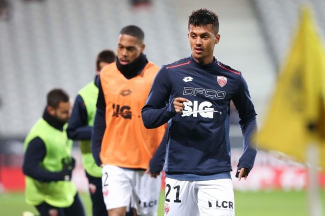 Mounir Chouiar, objetivo del Sevilla, en el calentamiento previo a un encuentro del Dijon