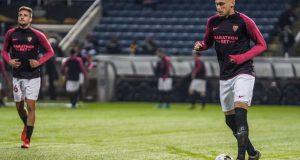 Lucas Ocampos, pretendido por el Bayern de Munich, calienta en el encuentro ante el Apoel