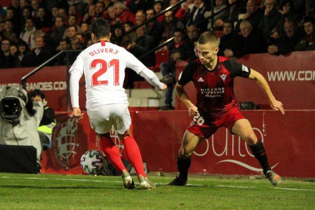 Óliver Torres jugando con el Sevilla FC frente al Mirandés / Fuente: CD Mirandés