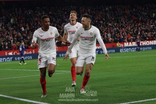 Fernando y Ocampos, con De Jong al fondo, celebrando el tanto anotado por el brasileño para el Sevilla FC ante el Levante | Imagen: Ana Marín - La Colina de Nervión