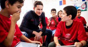 Julian Draxler, objetivo del Sevilla, con un grupo de pequeños aficionados del PSG
