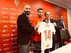 Suso, junto a Monchi y Pepe Castro, durante su presentación como nuevo jugador del Sevilla FC   Imagen: Ana Marín - La Colina de Nervión