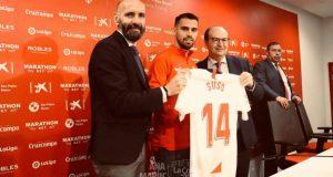 Suso, junto a Monchi y Pepe Castro, durante su presentación como nuevo jugador del Sevilla FC | Imagen: Ana Marín - La Colina de Nervión