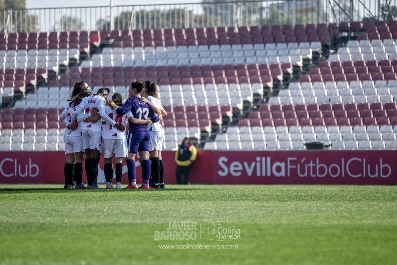 El Sevilla FC Femenino, haciendo una piña antes del partido ante el EDF Logroño | Imagen: La Colina de Nervión - Javi Barroso