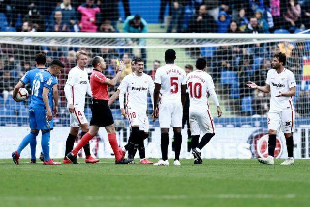 Imagen del partido entre Sevilla FC y Getafe de la temporada 2018/2019, con Mateu Lahoz pitando penalti contra el Sevilla tras revisión del VAR |Imagen: BENJAMIN CREMEL / AFP - Getty Images