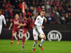 De Jong, pugnando con Bordeianu en el partido entre el Sevilla FC y el Cluj | Imagen: DANIEL MIHAILESCU/AFP via Getty Images