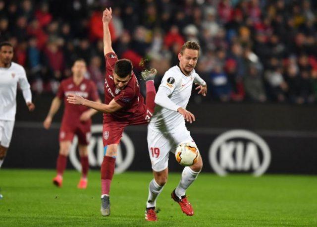 De Jong, pugnando con Bordeianu en el partido entre el Sevilla FC y el Cluj   Imagen: DANIEL MIHAILESCU/AFP via Getty Images