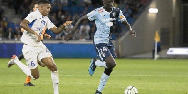 Pape Gueye, jugador que interesa al Sevilla FC, conduce un balón durante un partido con su equipo, Le Havre | Imagen: Agencias