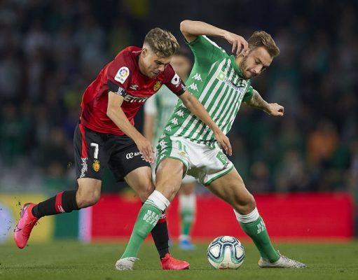 El jugador cedido del Sevilla FC Pozo, junto al bético Loren Morón, disputando un balón durante el partido entre el Betis y el Mallorca   Imagen: Fran Santiago/Getty Images