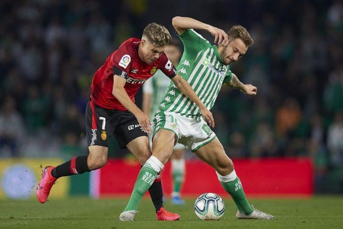 El jugador cedido del Sevilla FC Pozo, junto al bético Loren Morón, disputando un balón durante el partido entre el Betis y el Mallorca | Imagen: Fran Santiago/Getty Images
