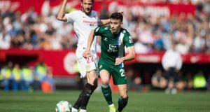 Franco Vázquez y Marc Roca, durante el partido entre el Sevilla FC y el Espanyol | Imagen: Fran Santiago - Getty Images