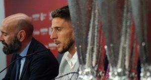 Daniel Carriço, durante su despedida, junto a Monchi y los trofeos de la Europa League conseguidos | Imagen: Ana M Romero - La Colina de Nervión