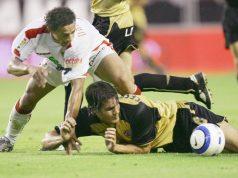Darío Silva lucha por un balón en el Sevilla-Málaga de la temporada 2004/2005. Noticias Sevilla FC.