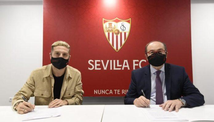 Papu Gómez firma junto a Pepe Castro