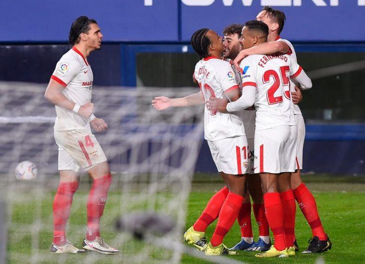 Jugadores del Sevilla FC abrazándose tras marcar un tanto