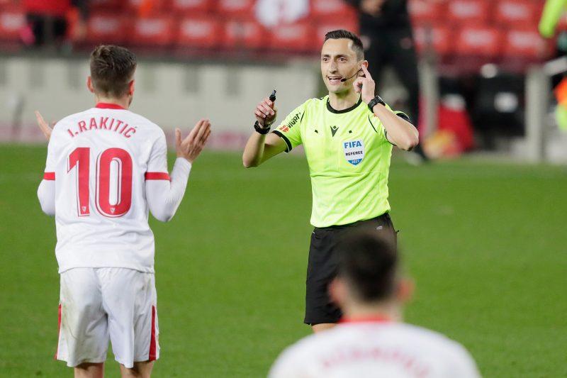 Ivan Rakitic protesta a Sánchez Martínez en el encuentro entre el FC Barcelona y el Sevilla FC