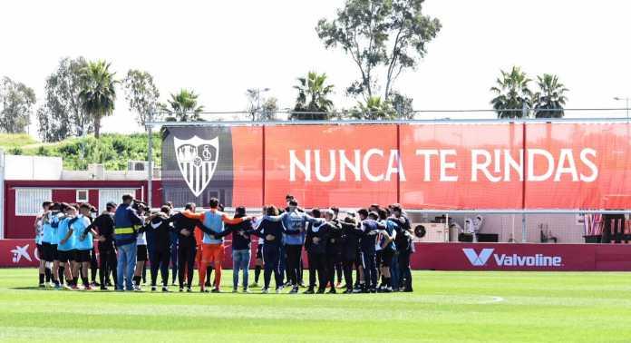 Los futbolistas del Sevilla Atlético tras el partido ante el Yeclano Deportivo