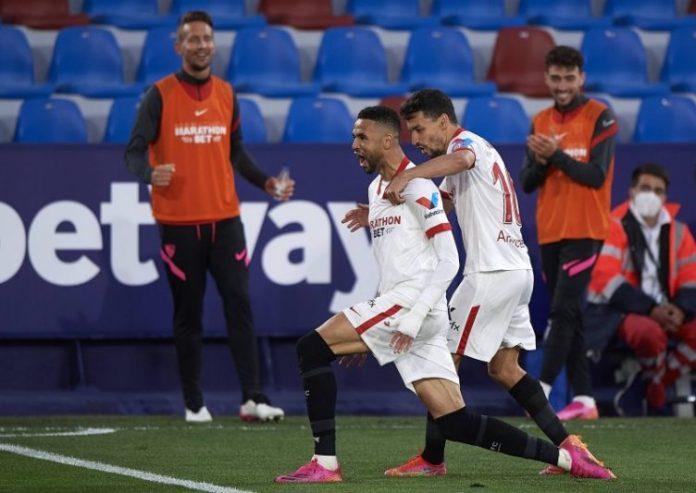 En Nesyri celebrando junto a navas el tanto del Sevilla FC en el partido de LaLiga Santander frente al Levante UD.