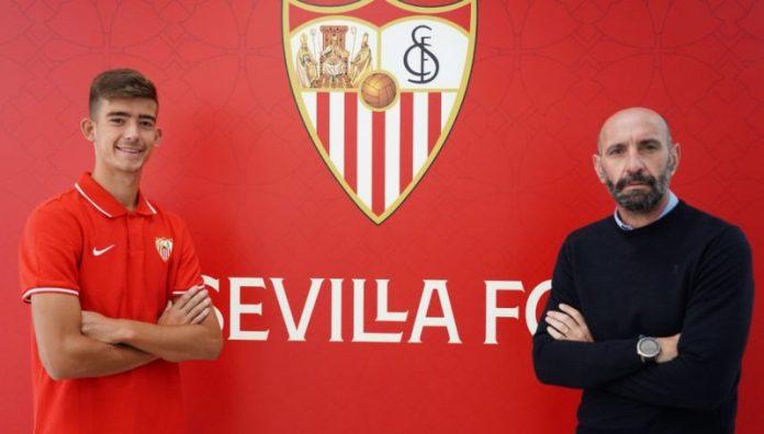 Kike Salas posando tras su renovación con el Sevilla FC, una de las grandes noticias para la cantera hispalense