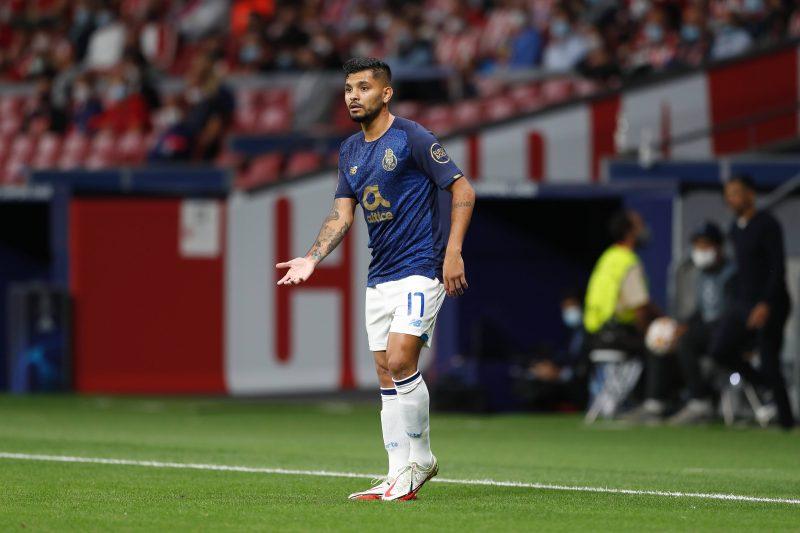 Tecatito Corona, pretendido por el Sevilla FC, en un encuentro de Champions League con el FC Porto