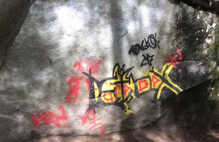 Graffiti an Boulderblock im Magic Wood - Schmiererei