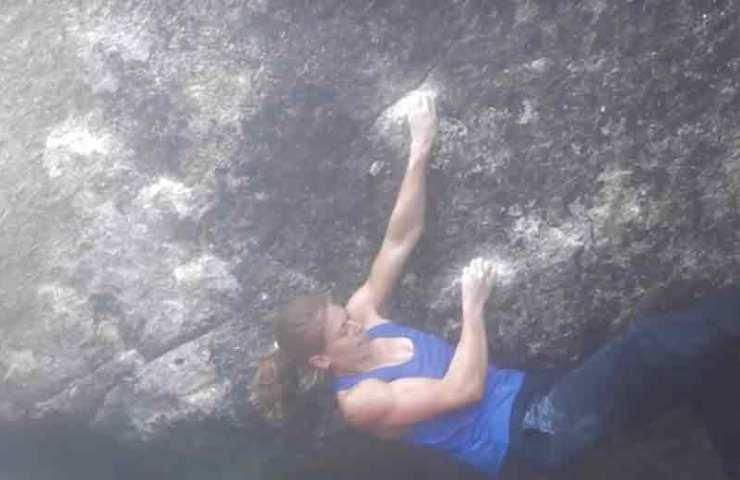 Alma Bestvater klettert Charity Bouldern (8b) in Silvretta