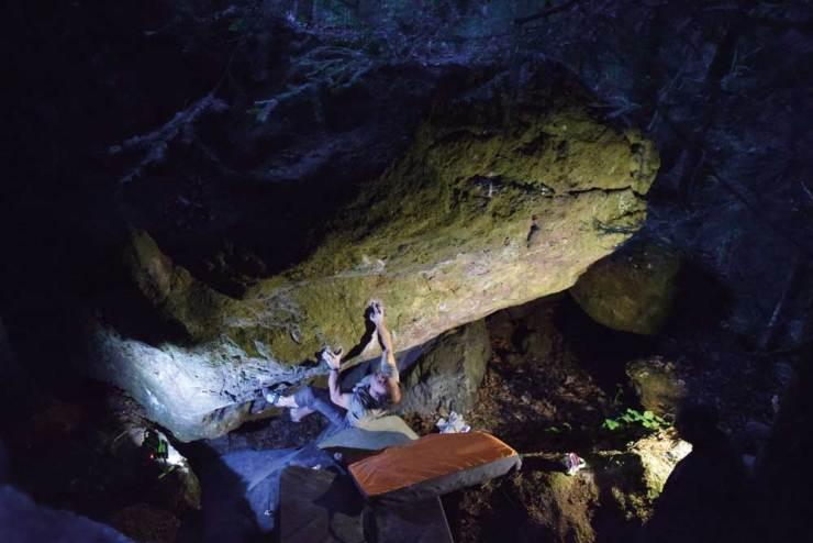 Fred Nicole klettert Steinbrächer im Bouldergebiet Murgtal (Bild: Silvan Dermond)