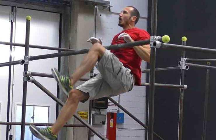 Mit der Übung Flying Knees trainierst du Explosivkraft für dynamische Züge