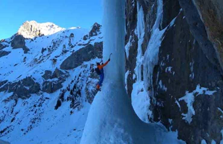 Dani Arnold klettert eine der schwierigsten Eiskletterrouten Free Solo Speed