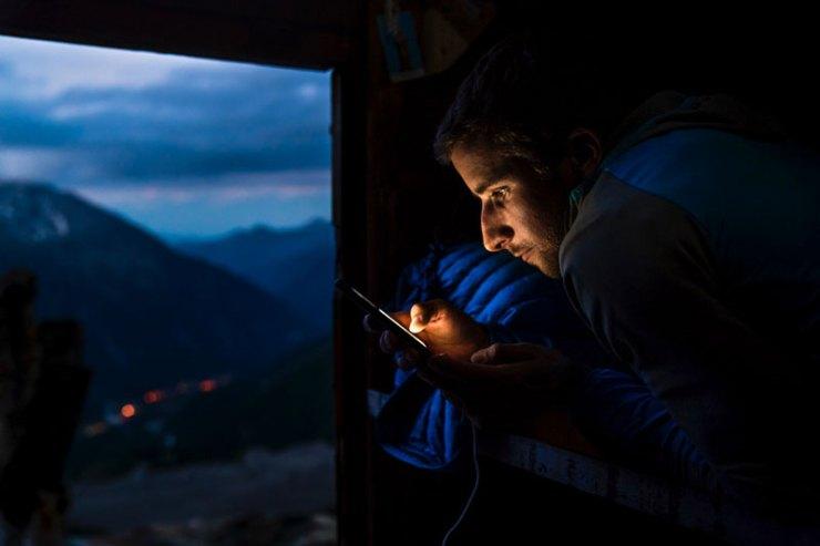 Nicolas Hojac checkt die Wetterbedingungen vor dem Start seiner Speedbegehung