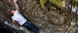 Giuliano Cameroni klettert mit Poison the Well den erst zweiten 8c+ Boulder der Schweiz