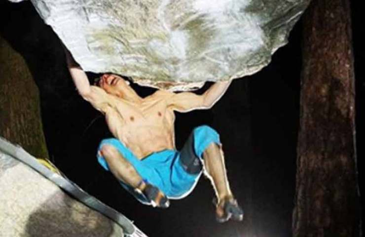 Martin Keller begeht den 8c-Boulder The Story of Two Worlds