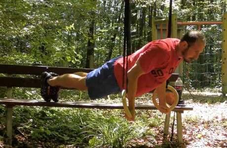 Diese Ringübung trainiert Trizeps, untere Brust- und vordere Schultermuskulatur