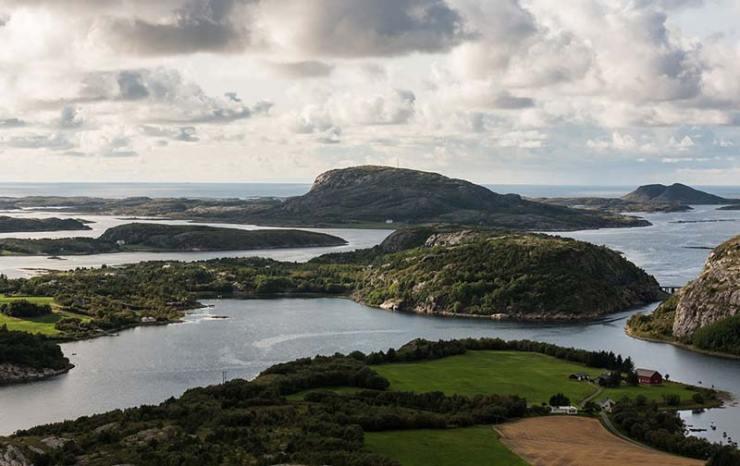 Vista desde la zona de escalada Flatanger en Noruega.