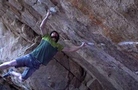 Jimmy Webb kämpft im Boulder Defying Gravity (8c) gegen die Schwerkraft