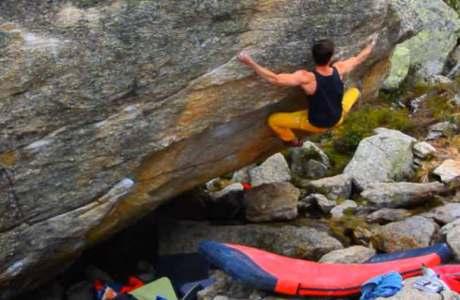 Moritz Welt macht kurzen Prozess im Bouldergebiet Silvretta