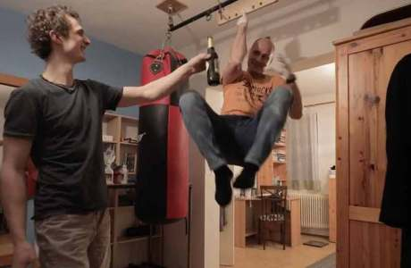 Incredible: one-arm pull-up on your little finger and drink half a liter of beer