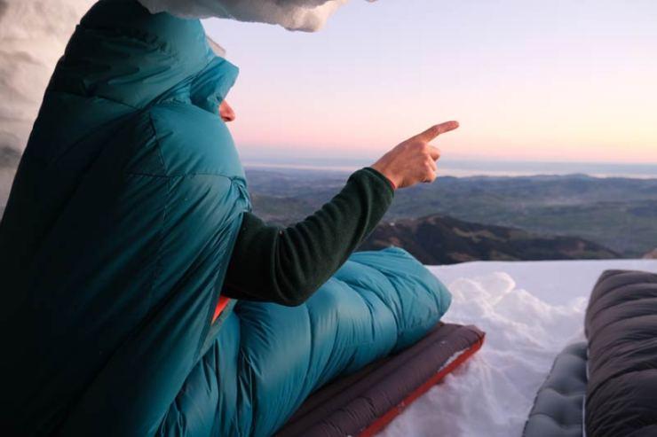 Mit der richtigen Ausrüstung schläfst du auch im Winter-Biwak ohne zu frieren.