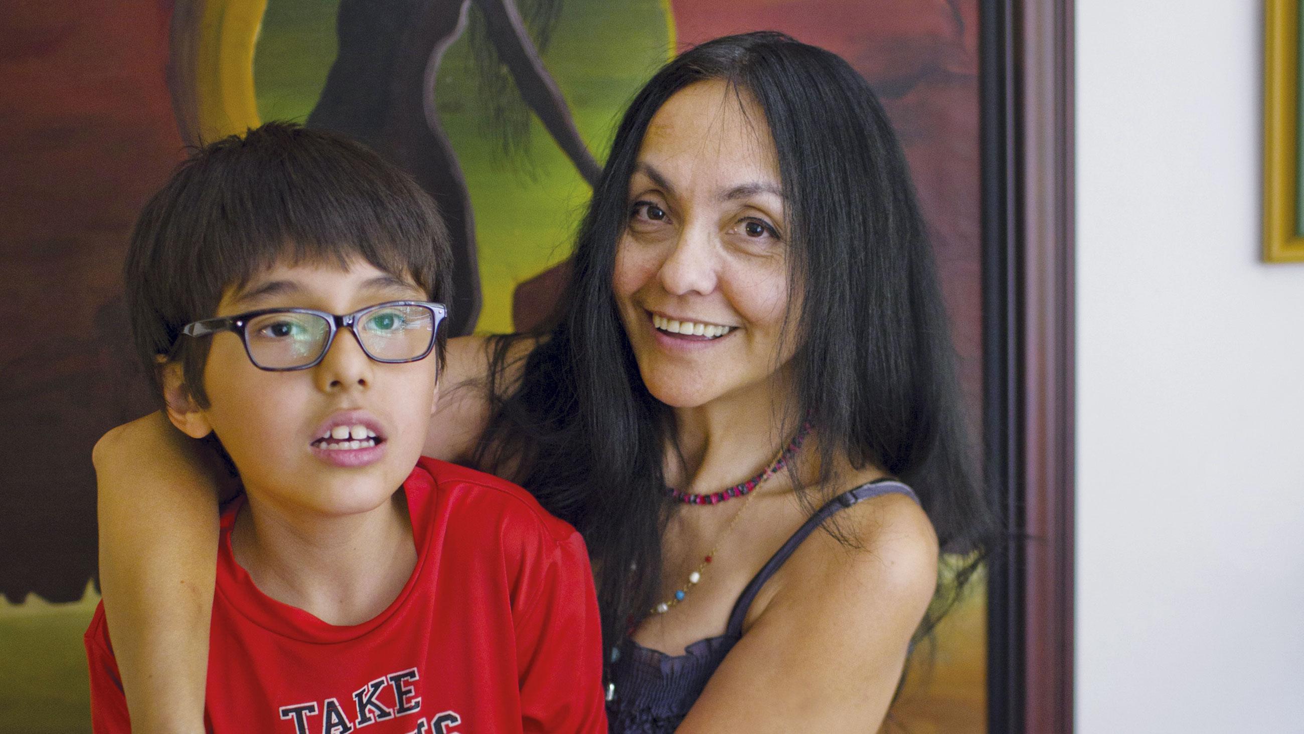 Lucila Guerrero et son fils, Luka, tous deux autistes. La mère est cofondatrice d'Aut'Créatifs, un groupe qui veut raconter l'autisme autrement. (Photo: Jacques Nadeau)