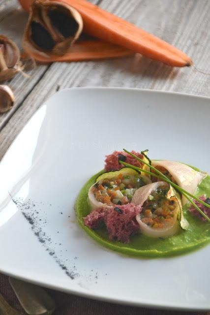 Calamari con verdurine all'aglio nero e provola con spugne di rapa rossa su crema di piselli