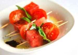 Salata cu pepene, rosii, busuioc