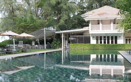 The pool and restaurant at Lone Pine hotel.