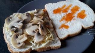 tosti-champignons-chilisaus-3