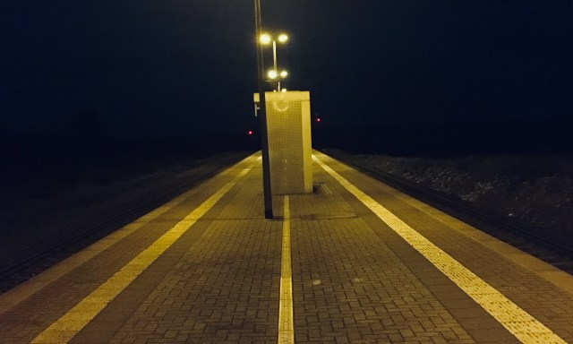 Estación de la ciudad de Wegeleben en Sachsen-Anhalt de noche. Nada alrededor, solo una plataforma vacía.