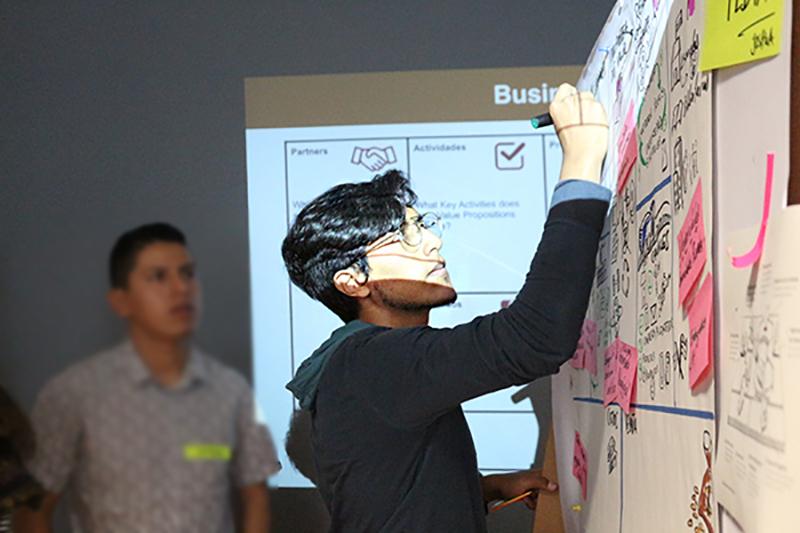 Joshua Salazar, creador del OfflinePedia durante la semana de workshops en Berlín - #ConexiónHumboldt - Lado|B|erlin