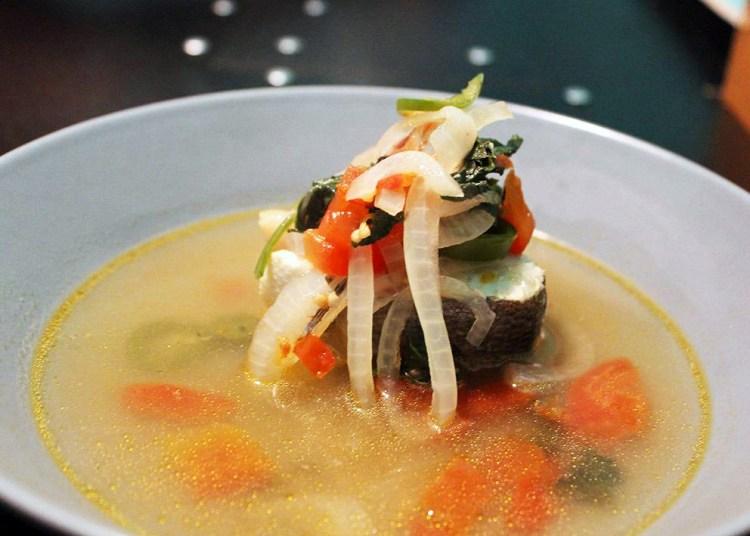 Caldo largo de pescado, otra de las propuestas del menú de Yuri de Gortari para Mucha Muchacha.