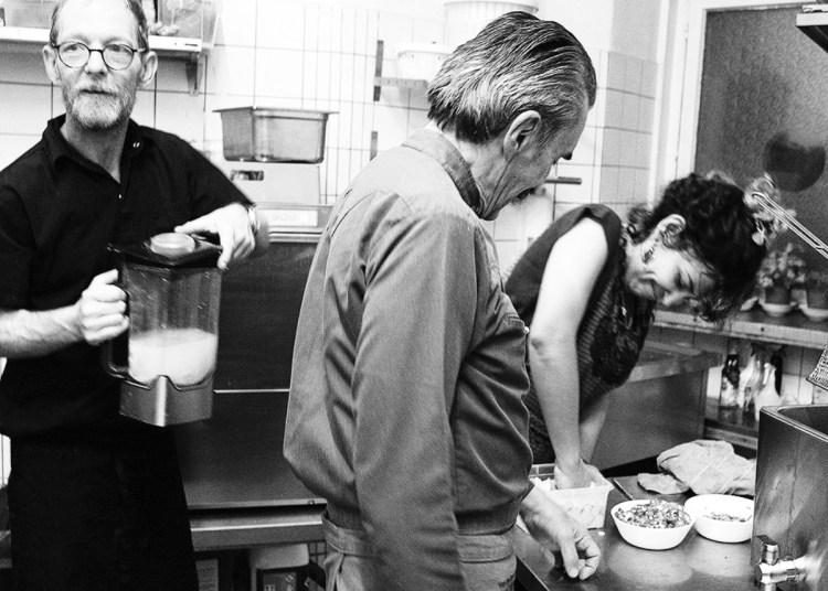 El chef Yuri de Gortari y su ex-alumna Raquel Alarcón, en la cocina.