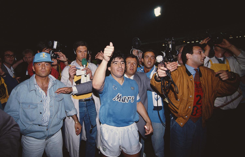Maradona luego de haber ganado la Copa UEFA en 1989 con el Napoli, la única que posee el equipo italiano. ©Simon Bruty/Allsport/Getty Images
